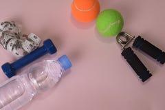 与哑铃和水瓶的健身概念 锻炼启发 免版税库存照片