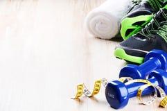 与哑铃和运动鞋的健身概念 免版税库存照片