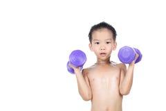 与哑铃的男孩锻炼 库存图片