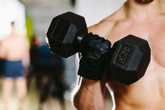 与哑铃锻炼的运动男性 免版税图库摄影