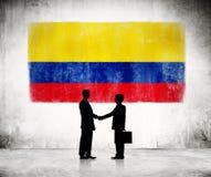 与哥伦比亚的旗子的两个商人 免版税库存图片