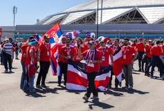 与哥斯达黎加的旗子的足球迷在翼果竞技场旁边的 免版税库存照片