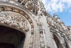 与哥特式雕塑和15世纪城镇厅,联合国科教文组织世界遗产寓言的图的老曲拱  库存照片