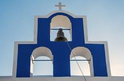 与唯一响铃的钟楼在一个希腊教会 免版税库存照片
