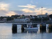 与唯一小船的海和城市视图在portgal的波尔图 免版税库存照片