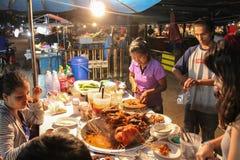 与商人准备的Mhoo Jum Phama缅甸热的P的食物摊位 免版税图库摄影