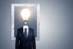 与商人和电灯泡的想法概念 库存照片