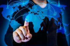 与商人的国际企业概念在地图和财务商人的网络背景的 免版税库存图片