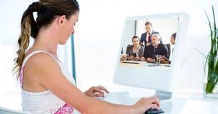 与商人的妇女视讯会议 库存图片