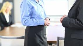 与商人的握手在办公室 股票录像