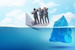 与商人的经济危机概念在下沉的纸小船 库存图片
