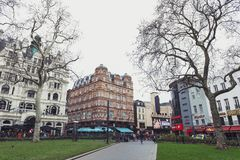 与商店、餐馆和娱乐地点的老大厦在莱斯特广场附近在威斯敏斯特,中央伦敦 库存图片