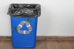 与商标的蓝色垃圾容器回收 免版税库存照片