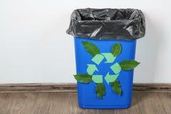与商标的蓝色垃圾容器回收 免版税库存图片