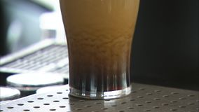 与啤酒射击的玻璃 股票录像