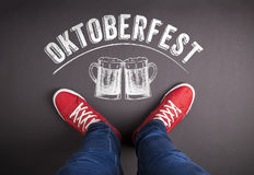 与啤酒杯和红色运动鞋的慕尼黑啤酒节标志 免版税库存照片