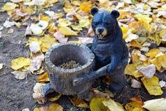 与喂食器的木熊和灰鼠的松果和 免版税库存照片