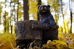 与喂食器的木熊灰鼠和鸟特写镜头的 免版税图库摄影