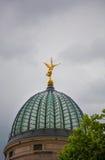 与喇叭的金黄天使雕象在上面 库存图片