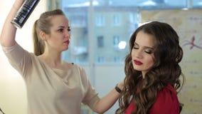 与喷发剂的定象发型在美容院 股票视频