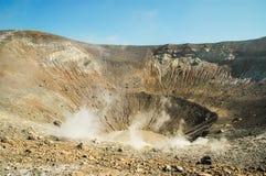 与喷气孔的火山火山口在武尔卡诺岛海岛, Eolie,西西里岛上 免版税库存图片