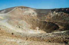 与喷气孔的火山火山口在武尔卡诺岛海岛, Eolie,西西里岛上 免版税库存照片