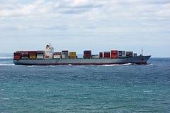 与喷气机的集装箱船在海洋滑雪在维多利亚,澳大利亚 免版税库存图片