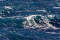 与喷水的波浪在风暴期间 库存图片