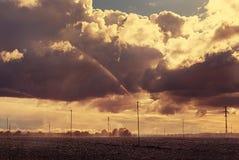 与喷水隆头的领域 多云日 库存照片