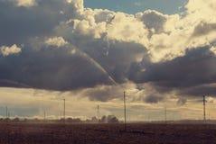与喷水隆头的领域 多云日 库存图片