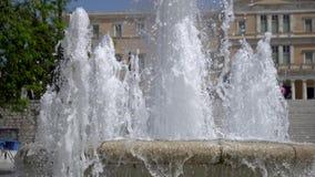 与喷泉、游人和观点的结构体正方形的希腊议会在好日子 股票视频