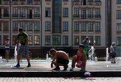与喷泉热概念的照片的儿童游戏 库存图片