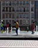 与喷泉热概念的照片的儿童游戏 免版税库存图片