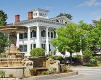 与喷泉的南部的美国豪宅。 免版税库存图片