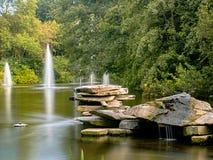 与喷泉的岩石 图库摄影