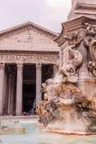 与喷泉的罗马寺庙万神殿视图,意大利 免版税库存图片