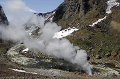 与喷泉的美好的山风景 库存照片
