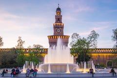 与喷泉的Sforza城堡在米兰,意大利 免版税库存照片