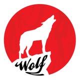 与嗥叫狼剪影的红色满月 免版税库存图片