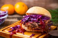 与嘎吱咬嚼的红叶卷心菜slaw的自创bbq牛肉汉堡 免版税库存图片