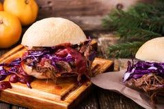 与嘎吱咬嚼的红叶卷心菜slaw的自创bbq牛肉汉堡 免版税库存照片