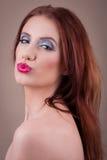 与噘嘴的嘴的有吸引力的妇女面孔 免版税图库摄影