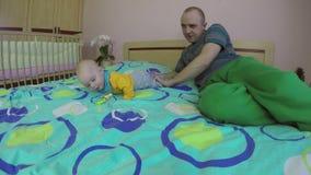 与四个月的婴孩的父亲戏剧在屋子里 愉快的父权 4K 股票视频