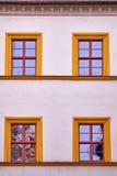 与四个桔子被构筑的窗口的门面 免版税库存图片