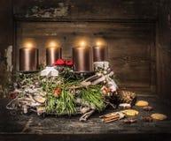 与四个灼烧的蜡烛和传统曲奇饼的土气出现花圈 免版税库存图片