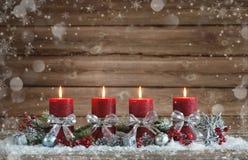 与四个灼烧的蜡烛的出现装饰 免版税库存照片