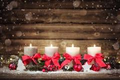 与四个灼烧的蜡烛的出现装饰 库存照片