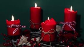 与四个红色蜡烛的现代圣诞节花圈木表面上有绿色背景 影视素材
