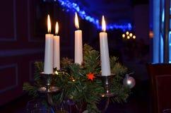 与四个蜡烛的蜡烛台与闪烁发火焰 免版税库存图片