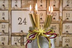 与四个金灼烧的蜡烛的破旧的别致的出现日历 库存图片
